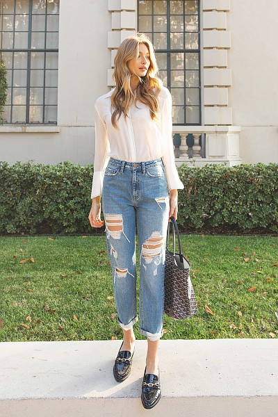 DISTRESSED RIGID MOM JEANS W/ ROLLE...